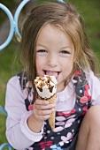 Mädchen isst Eistüte