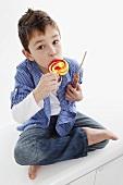 Kleiner Junge isst Lolli