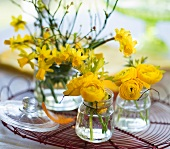 Table decorations with yellow anemonies and narcissus
