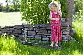 Kleines Mädchen auf einer Schaukel