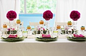 Festlich gedeckter Tisch mit Blumenkugeln