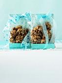 Drop Cookies in blauen Täschchen als Geschenk verpackt