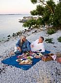 Pärchen beim Picknick am Strand