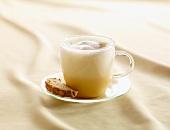 Würziger Eggnog in Glastasse mit Biscotti