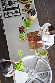 Frauen bei der Vorbereitung von Salat