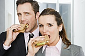 Two colleagues eating sandwiches
