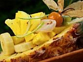 Exotischer Fruchtsalat in Ananashälfte