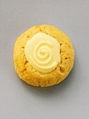 Cinnamon biscuit with white chocolate