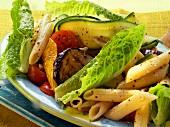 Nudelsalat mit Zucchini, Auberginen und Romanasalat