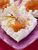 Meringue hearts with physalis and icing sugar