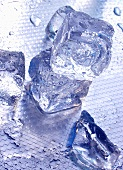 Mehrere Eiswürfel auf Metallplatte