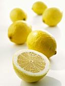 Ganze Zitronen und Zitronenhälfte