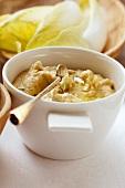 Hummus (Kichererbsendip) und Chicoree