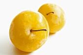 Zwei gelbe Pflaumen