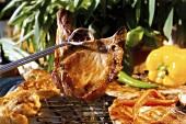 Gegrilltes Schweinkotelett auf Grillzange