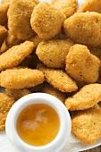 Viele Chicken Nuggets mit Aprikosensauce auf Teller