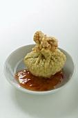 Frittierte Teigtasche (Wan Tan) mit Chilisauce