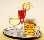 Tablett mit Helles Bier, Weisswein und Cocktail