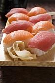 Nigiri-Sushi und eingelegter Ingwer auf Sushibrett