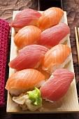 Nigiri-Sushi mit Thunfisch und Lachs auf Sushibrett