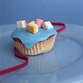Kleines Gebäck mit blauer Glasur und Dolly Mixtures
