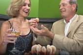 Mann und Frau essen Shrimps im Restaurant