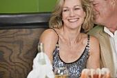 Älterer Mann umarmt Frau im Restaurant