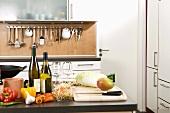 Verschiedene Kochzutaten auf Arbeitsplatte in einer Küche