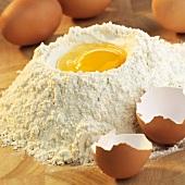 Backzutaten: Mehlmulde mit Ei