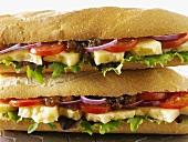 Zwei Baguettesandwiches mit Käse