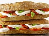 Zwei Baguettesandwiches mit Mozzarella und Tomaten