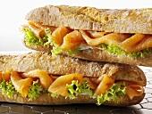 Zwei Baguettesandwiches mit Räucherlachs