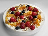 Yoghurt with berries, rolled oats and honey