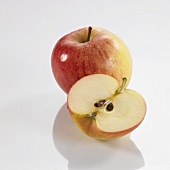 Apfelhälfte vor ganzem Apfel