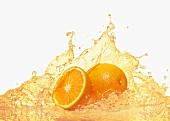 Orangen mit spritzendem Orangensaft