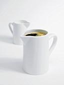 Kaffeekanne und Milchkanne