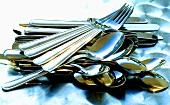 Gabeln, Messer, Löffel und Teelöffel