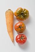 Eine Karotte und drei Tomaten