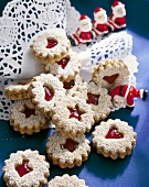 Jam-filled cinnamon biscuits with Father Christmas figures