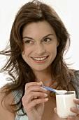 Frau isst Naturjoghurt