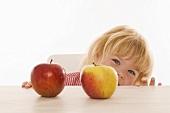 Kleines Mädchen mit zwei Bio-Äpfeln