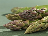 Green asparagus tips (close-up)