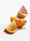 Orangefarbene und rosa Grapefruitschnitze