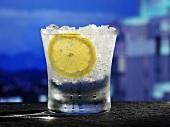 Glas Wasser mit Zitronenscheibe und Crushed Ice