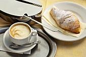Caffe Crema, Croissant und Zuckerdose