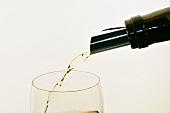 Weisswein einschenken