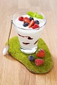 Joghurt mit verschiedenen Beeren im Glas