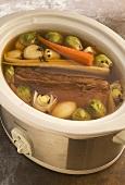 Rindersuppe mit Fleischstück und Gemüse