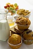 Brunch mit Backwaren, Müsli, Obst, Milch und Honig