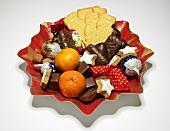 Plätzchenteller mit Weihnachtsgebäck und Mandarinen